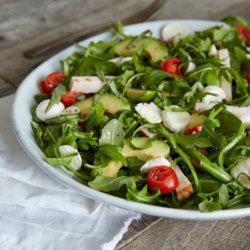 Hähnchenstreifen auf Avocado-Caprese-Salat